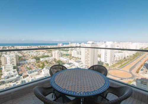 נוף מהמרפסת הקטנה בדירה